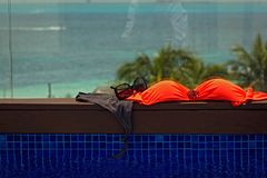 Schwimmenkostüm nahe bei dem Pool stockfoto