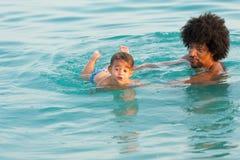Schwimmenlektion Lizenzfreie Stockfotos