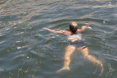 Schwimmenmädchen Stockbild