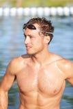 Schwimmenmannporträt - hübscher männlicher Schwimmer Stockfoto