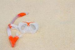 Schwimmenmaske auf dem Strand Stockbild