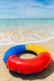 Schwimmenring am Strand Stockfotos