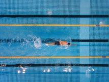Schwimmenschöße des jungen Mannes in einem Pool Stockbilder