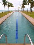 Schwimmenschosspool auf dem Strand Stockfotos