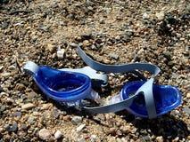 Schwimmenschutzbrillen auf Sand stockfotografie