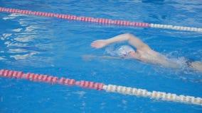 Schwimmenwettbewerb Das Hallenbad stock video