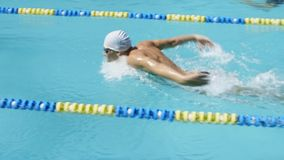Schwimmenwettbewerb Schwimmer überwinden schnell die Bahn stock video