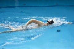 Schwimmer, der das Schleichen durchführt Stockbilder
