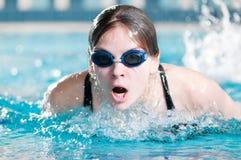 Schwimmer, der den Basisrecheneinheitsanschlag durchführt Stockbild