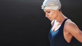 Schwimmer, der für ein Schwimmen sich vorbereitet Lizenzfreies Stockbild