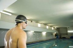 Schwimmer durch Pool Stockfotos