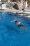 Schwimmer im Pool Lizenzfreies Stockfoto