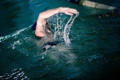 Schwimmer im Pool Stockbilder