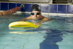 Schwimmer im Pool Stockbild
