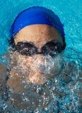 Schwimmer im Swimmingpool Stockfotos