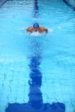 Schwimmer im Swimmingpool lizenzfreie stockfotos