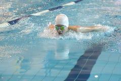 Schwimmer nimmt am Wettbewerb teil Lizenzfreie Stockfotografie
