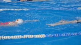 Schwimmer-Schwimmen in einem Pool auf seiner Rückseite stock video footage