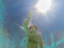 Schwimmer schwimmt im Wasser Stockfotografie