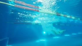 Schwimmer springen in Swimmingpoolzeitlupe Mannschwimmertauchen ein Swimmingpool stock video