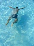 Schwimmer am Swimmingpool Lizenzfreies Stockbild