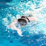 Schwimmerfrau, die den Schleichenanschlag durchführt Lizenzfreies Stockfoto