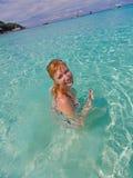 Schwimmerunterwasserbild des Mädchenschwimmenschleichens in tragenden Schwimmenschutzbrillen des roten Bikinis Stockbild