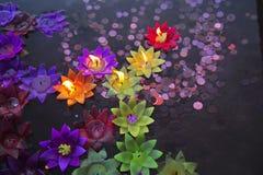 Schwimmkerze im Glauben von Buddhis Lizenzfreies Stockbild