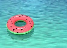 Schwimmring mit Wassermelonenmusterfloss im Meerwasser Lizenzfreie Stockbilder