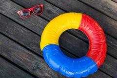 Schwimmring und Sonnenbrille Stockfoto