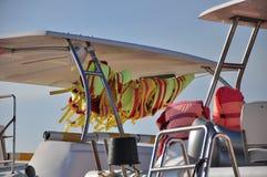 Schwimmweste auf einem Boot lizenzfreie stockbilder