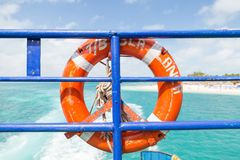 Schwimmweste auf einer Fähre nahe Isla Mujeres an einem sonnigen Tag stockbilder