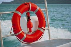 Schwimmweste auf Ozean-Boot lizenzfreie stockfotos