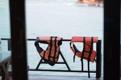 Schwimmweste, die in sich hin- und herbewegenden Hotelhäusern auf Verdammung bei Thailand hängt lizenzfreies stockfoto