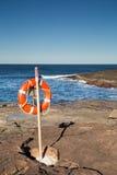 Schwimmwesteboje an den Seefelsen lizenzfreie stockfotos