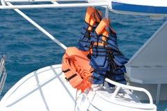 Schwimmwesten auf Boot Stockbilder