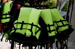 Schwimmwesten, die an der Wäscheleine hängen Lizenzfreie Stockfotografie