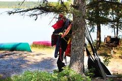 Schwimmwesten, die in einem Baumtrockner an einem Campingplatz hängen lizenzfreie stockbilder