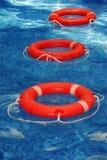 Schwimmwesten im Pool Stockfotografie