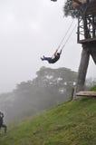 Schwingen über dem Abgrund in Ecuador Lizenzfreies Stockbild
