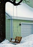 Schwingen auf Baum im Winteryard Lizenzfreie Stockbilder