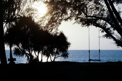 Schwingen auf dem Strand bei Sonnenuntergang Lizenzfreies Stockfoto