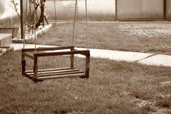Schwingen, das im Yard hängt Stockfotos