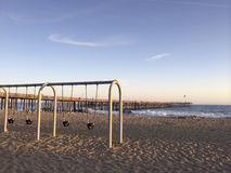 Schwingen der Kinder das im Freien bei Ventura Beach lizenzfreie stockbilder