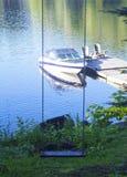 Schwingen durch den See Lizenzfreie Stockfotos
