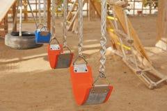 Schwingen in einem Spielbereich der Kinder Stockbild
