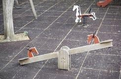 Schwingen in einem Spielplatz Stockfotografie