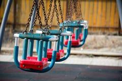 Schwingen im Park mit Ketten Stockfotos
