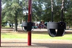 Schwingen im Spielplatz der Kinder stockbild
