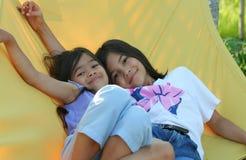 Schwingen mit zwei Mädchen auf Hängematte Lizenzfreie Stockfotos